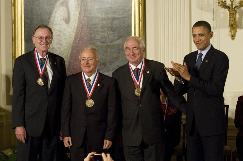 Federico Faggin, al centro, premiato dal Presidente Obama