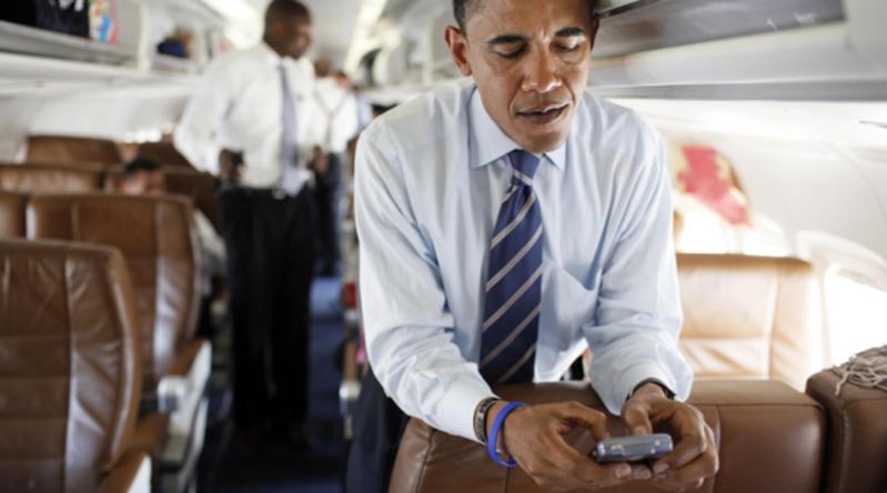 Obama, fanático de BlackBerry Messenger no podía separarse de su smartphone.
