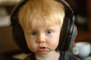 acn ni%C3%B1o escuchando musica 300x199 ¿Por qué tu cerebro necesita escuchar música?