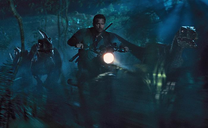 Owen Grady a la caza del Indominus Rex junto a sus velociraptores