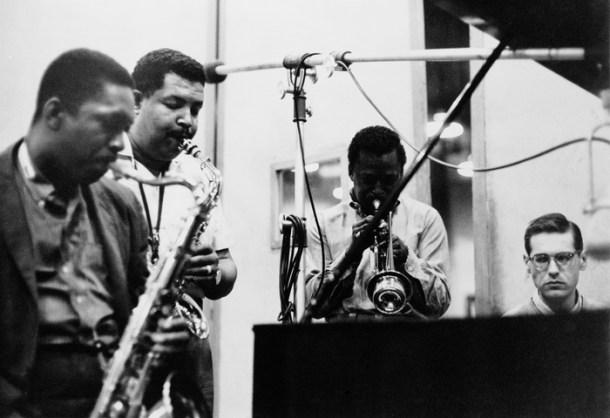 """Durante una sesión de grabación (más tarde publicado como ''58 Miles""""), vemos a los músicos de jazz estadounidenses John Coltrane (1926 - 1967), Cannonball Adderley (1928 - 1975), Miles Davis (1926 - 1991), y Bill Evans (1929-1980) producir en el estudio, Nueva York, 26 de mayo de 1958. (Foto por Frank Driggs Collection / Getty Images)"""