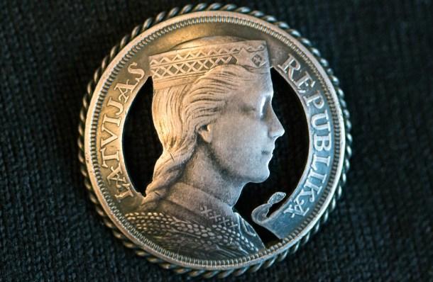 Antigua moneda letona con el perfil de Zelma Brauere. Fuente: Spi3uk