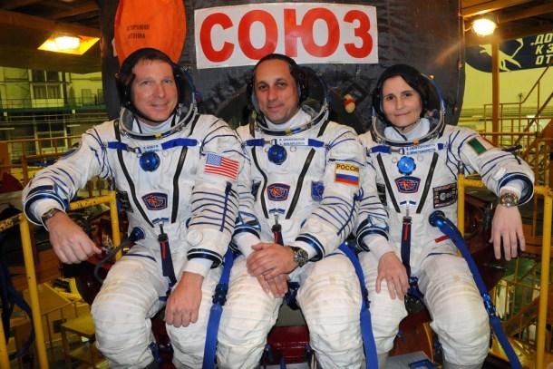Las cápsulas Soyuz solo pueden llevar tres astronautas por cohete. Las Dragon V2 de Space X podrán llevar 7.
