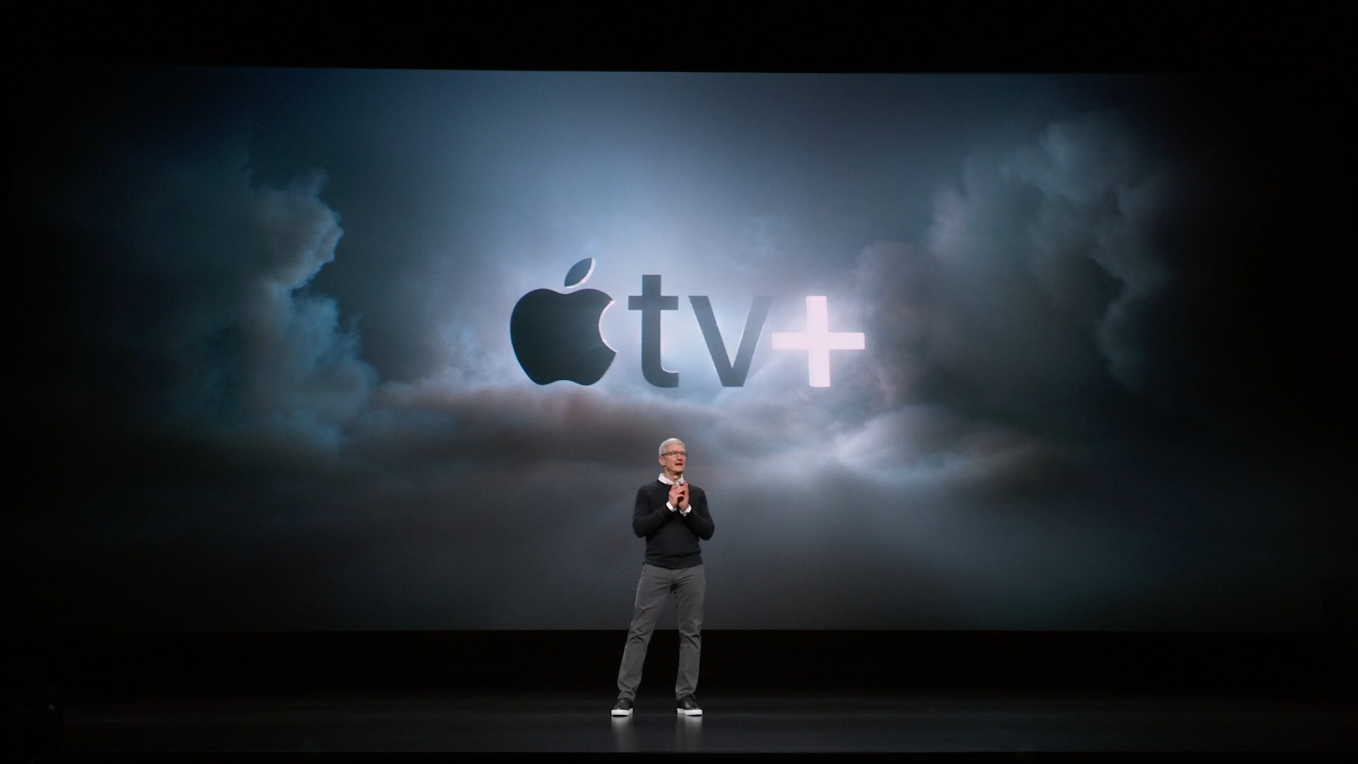 Tim Cook con el logo de Apple TV+ detrás