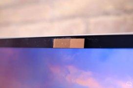 Cámara de un Macbook tapada con un Post-it