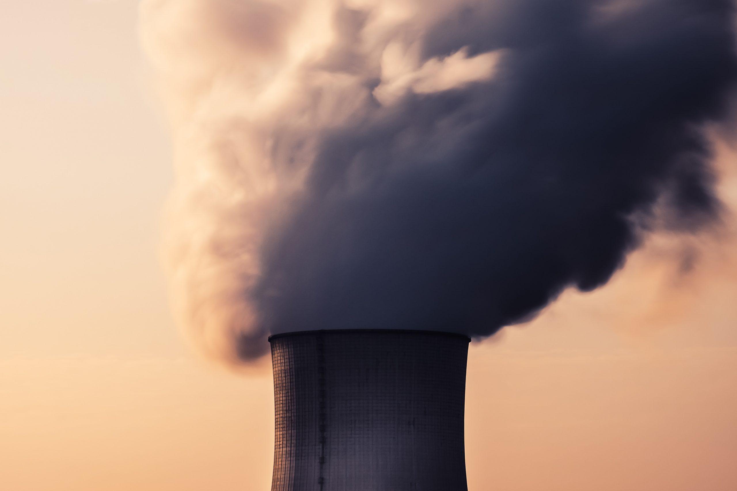 Chimenea de una central nuclear